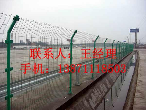 護欄網,公路鐵絲網護欄,1.8*3米的護欄網直銷廠家,湖北龍泰百川柵欄廠