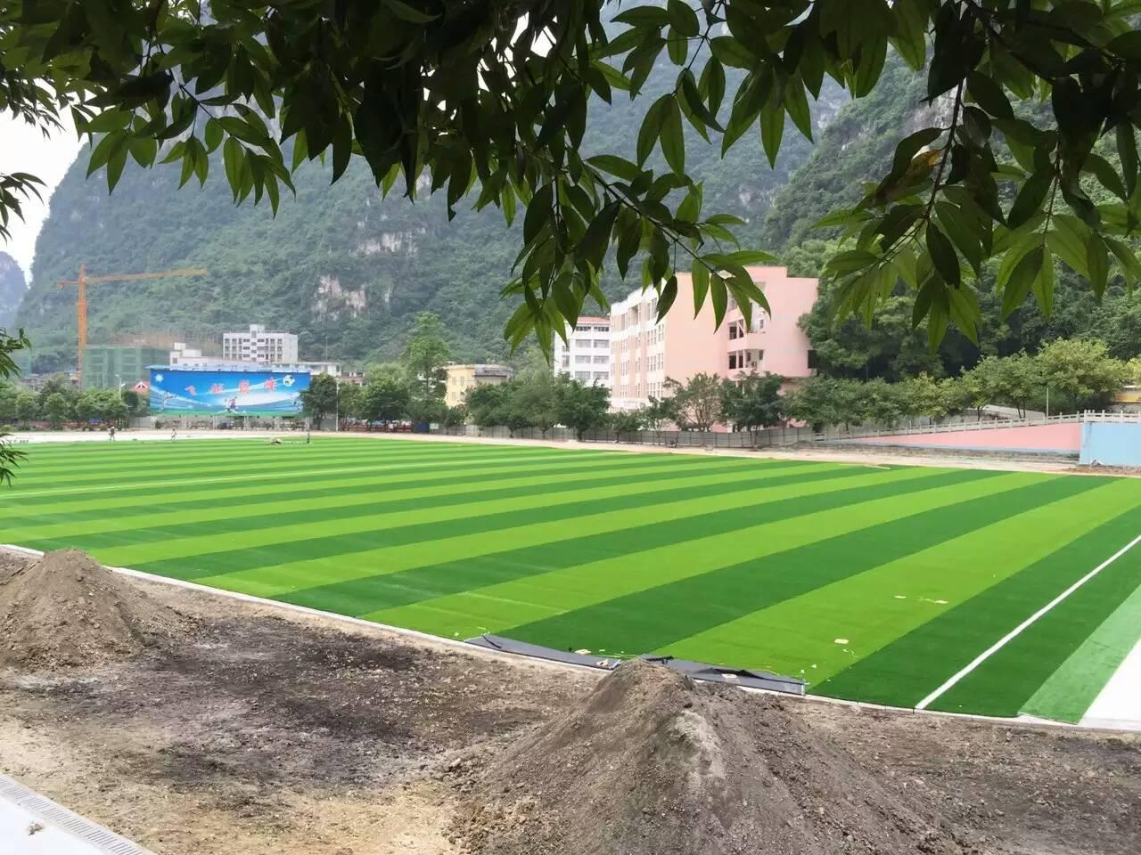 广西百色人造草坪价格 足球场地上门铺装
