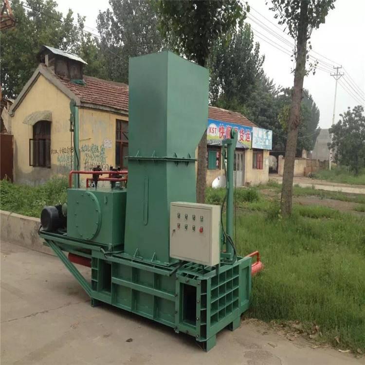 干濕兩用青儲秸稈壓塊打包機原理  自走式麥糠液壓打包機