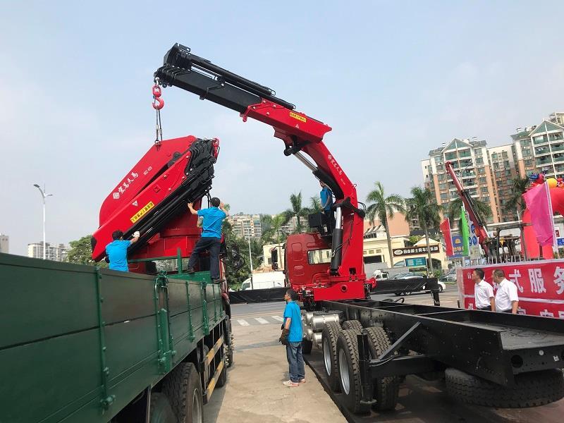 山東折臂吊50噸多少錢  大型折臂吊作業視頻